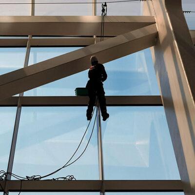 Как безопасно помыть высокоэтажное офисное здание
